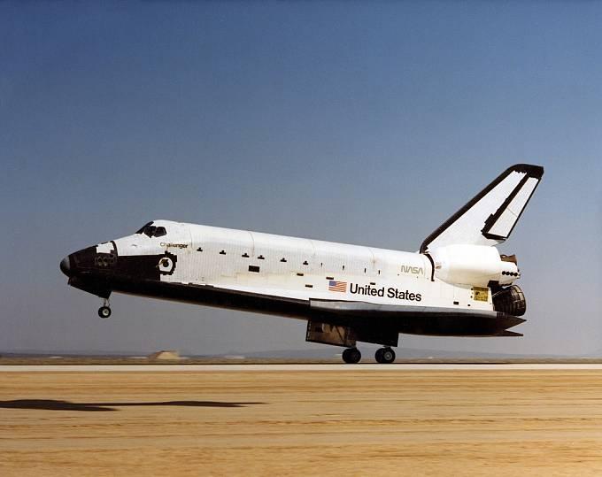 Raketoplán Challenger přistává po své první misi