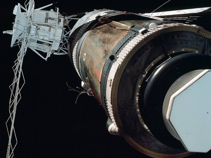 Skylab, jak ho z vesmíru pozorovaly přilétající a odlétající posádky