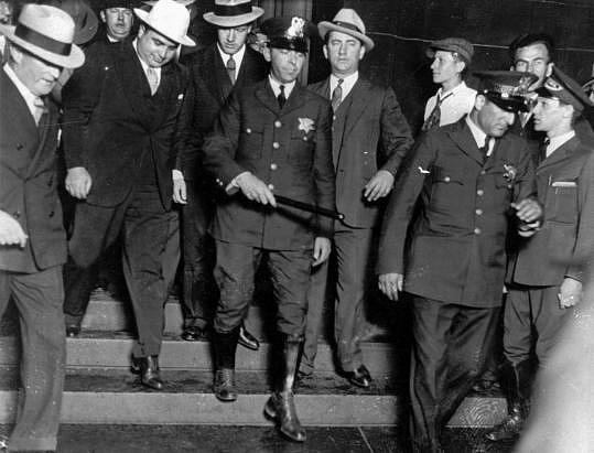 Al Capone při pohybu vjustičním paláci