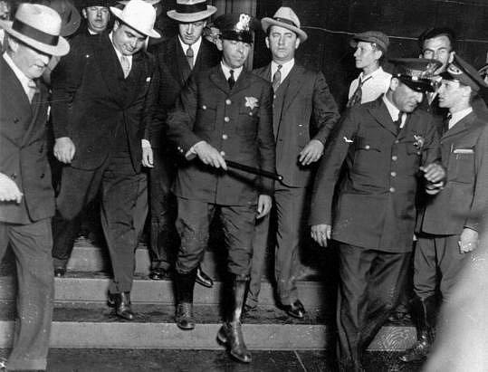 Al Capone při pohybu v justičním paláci