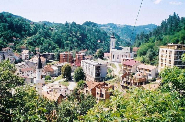 Panoramatický pohled na malebné místo Srebrenica, dějiště srebrenického masakru