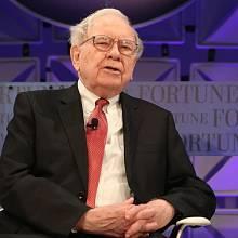 Warren Buffett kritizuje Donalda Trumpa, že nezveřejnil svá daňová přiznání.