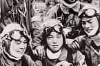 17letý Jukio Araki hladí štěňátko den před svou smrtí