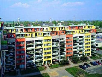 Modernizace paneláků soustavy VVÚ-ETA pomocí nástavby pater, zateplení fasády a barevného nátěru. Protože se to občas sbarvami přehání, někdy se sídlištím říká Papouškov.