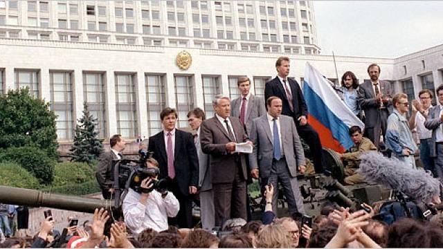 Hvězdná chvíle Borise Jelcina: ruský prezident 19. srpna 1991 před ruským parlamentem vyjádřil věrnost reformátorovi Gorbačovovi
