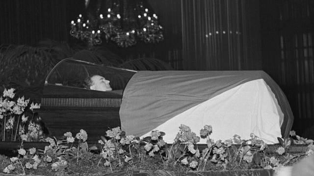 Klement Gottwald v prosklenné rakvi