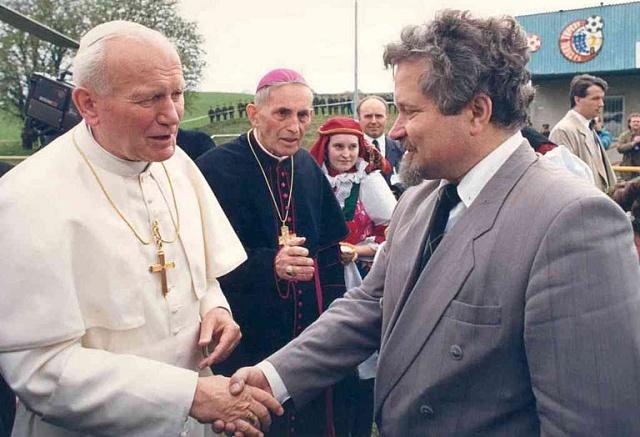 Premiér Pithart se zdraví spapežem Janem Pavlem II. při jeho návštěvě Československa vroce 1990.