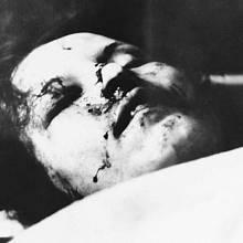 Mrtvý Clyde Barrow. Jeho tělo zasáhlo nejméně 50 ran
