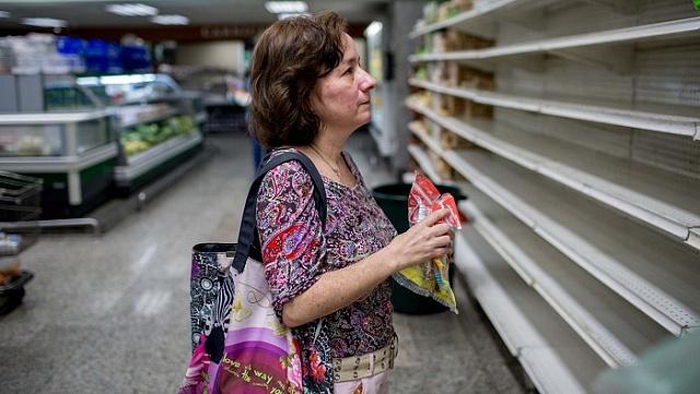 Fabiola Zerpa před prázdnými regály vsupermarketu.