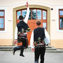 Architekti Jakub Roleček a Jiří Vojtěšek nafotili kampaň v krojích