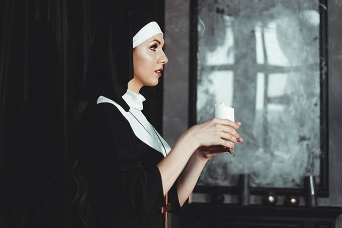 Abatyše se oddávala milostným hrátkám s jeptiškami i zpovědníkem.