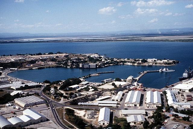 Letecký pohled na americkou námořní základnu Guantanámo na Kubě.
