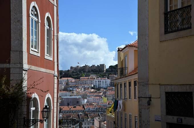 Hrad Castelo de São Jorge je dominantou města.