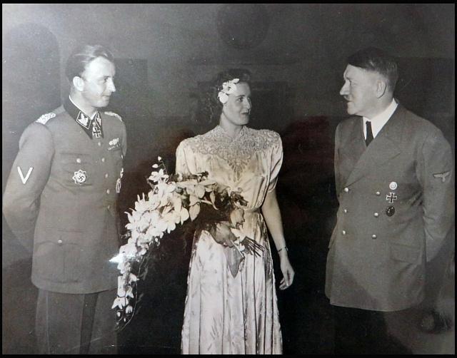 Hermann Fegelein a Gretl Braunová přijímají gratulaci od Adolfa Hitlera