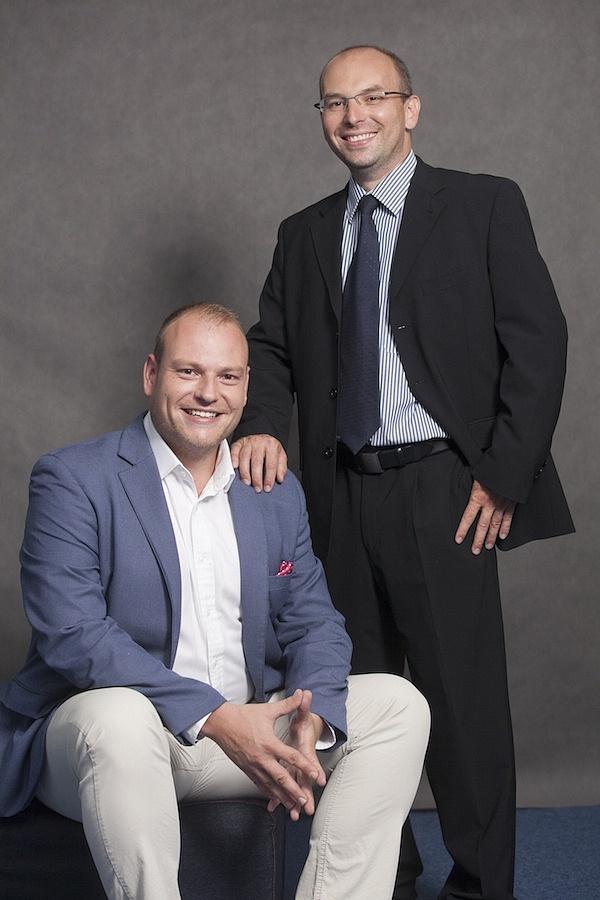 Za eParkomatem stojí Pavel Vrba (vlevo) a Petr Hais, kteří mají se svým projektem globální ambice.