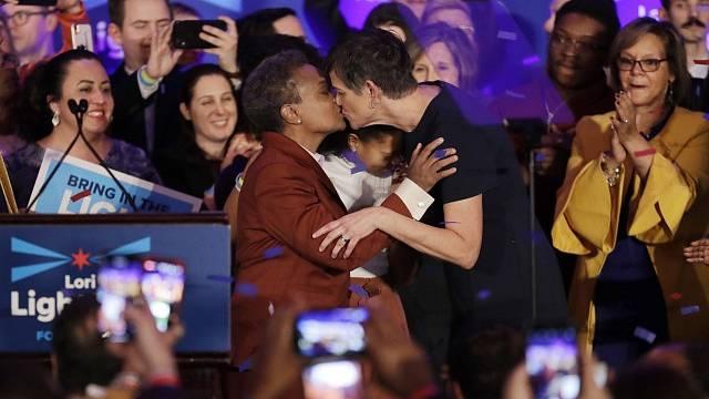 Lori Lightfootová, Afroameričanka hlásící se ke gay orientaci, se po zvolení starostkou Chicaga líbá se svou ženou