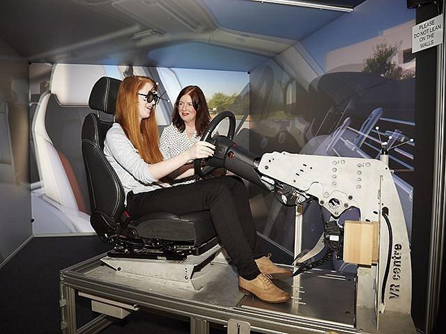 Z komerčních firem využívají virtuální realitu často automobilky, u nás například Škoda Auto, ve světě třeba Jaguar