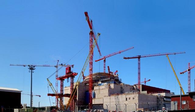 Výstavba reaktoru typu EPR ve Finsku. Stejný typ reaktoru má vyrůst i v britském Hinkley Pointu.