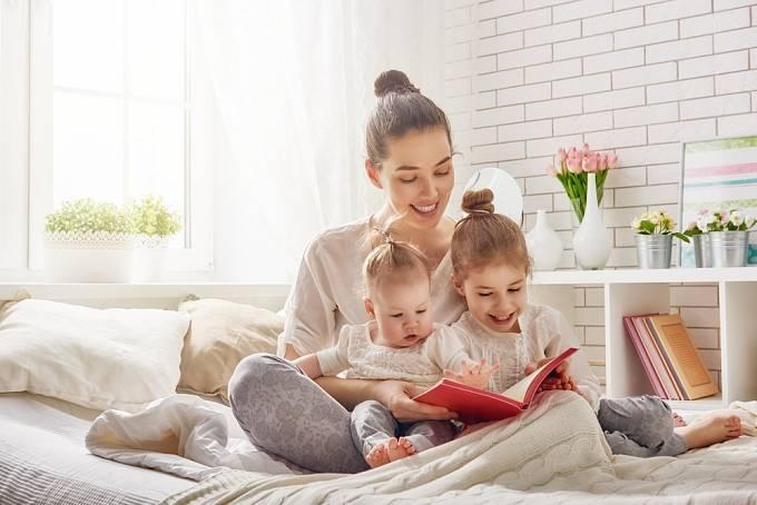 Číst by se dětem mělo už od batolecího věku.