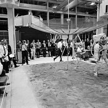 Astronaut Don L. Lind staví S-band anténu, leden 1969. Vlevo přihlíží Buzz Aldrin.