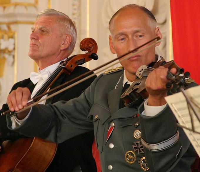 Heydrich hrající na housle ve filmu Lidice (2011)