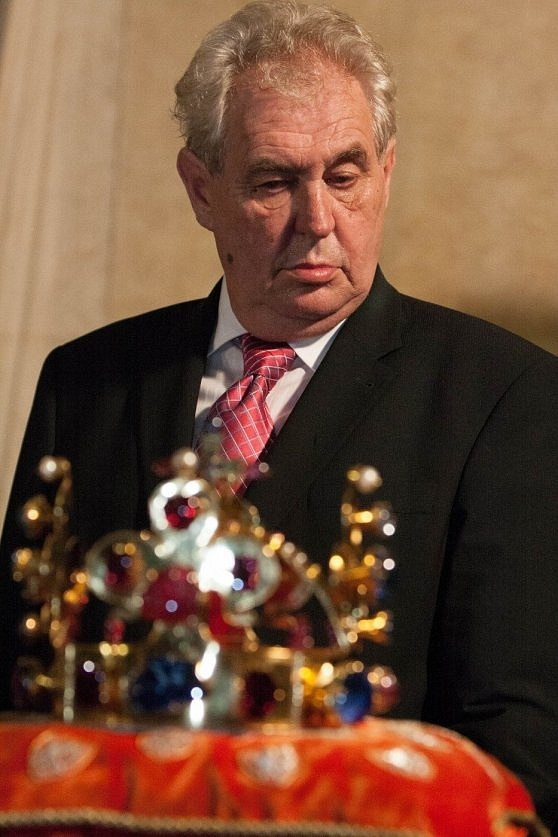 Miloš Zeman při prohlídce korunovačních klenotů vkvětnu 2013
