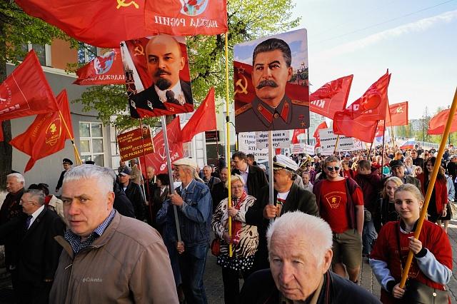 Stalinův a dokonce iLeninův kult existují dodnes. Oslavy vRusku vroce 2018.