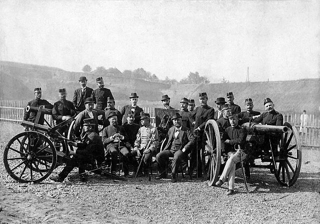 Na střelnici vDoudlevcích vroce 1895.Emil Škoda (druhý sedící zleva) se spolupracovníky a příslušníky armády