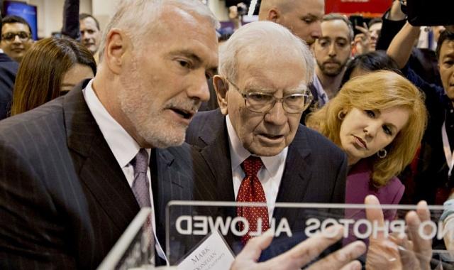 Mark Donegan sWarrenem Buffettem na setkání akcionářů vdubnu 2016.