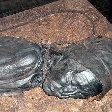 Tollundský muž. V roce 1950 bylo u Tollundu nalezeno nebývale zachovalé mužské tělo, které archeologové označili za muže z doby železné, který zemřel asi před 2000 lety. Zemřel násilnou smrtí, patrně při rituálu během zimního slunovratu.