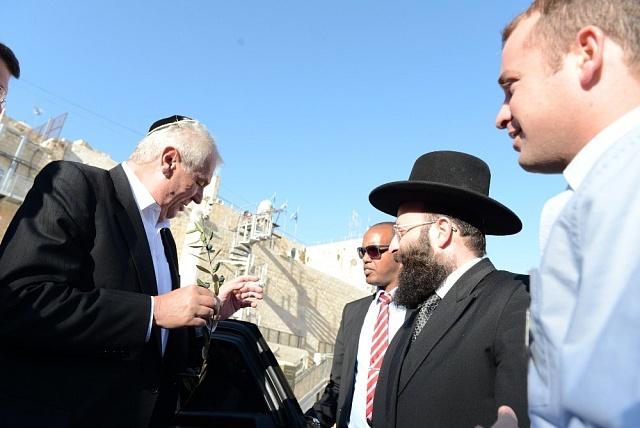 První státní návštěva Miloše Zemana směřovala vroce 2013do Izraele. Kždovskému státu chová český prezident sympatie, ale když letos zemřel legendární izraelský politik Šimon Peres, dal před jeho pohřbem přednost proruské konferenci na Rhodu.