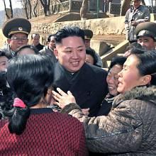 Kim Čong-un obklopen fanynkami