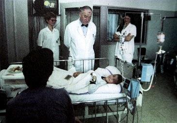 Profesor Koutecký při výzkumu  ise svými malými pacienty.