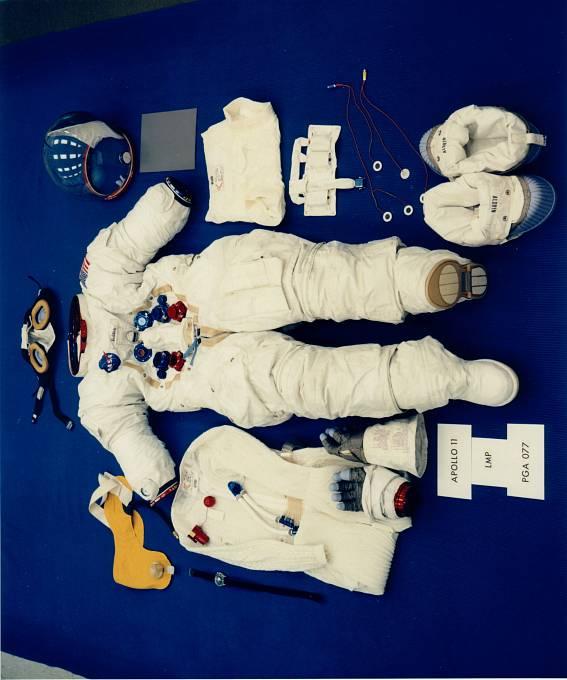 Jednotlivé části skafandru Buzze Aldrina, včetně poznámek na manžetě levé rukavice