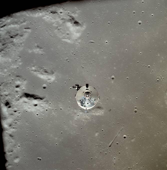 19. července 1969: Po třech dnech putování vesmírem, přešla posádka nad odvrácené straně Měsíce pomocí motorů Apolla na jeho oběžnou dráhu.