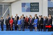 Na jedné z oficiálních fotografií NATO byl český prezident oříznut