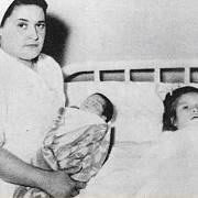 Lina Medina (vpravo) v porodnici se svým synem, kterého drží zdravotní sestřička