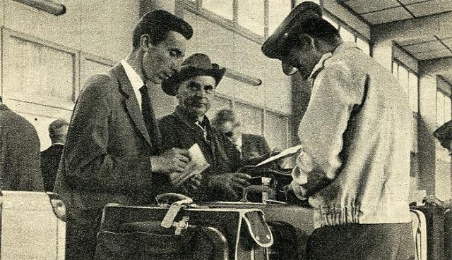 Čechokanaďan Leo Žambůrek (druhý zleva) po příletu do Prahy vroce 1965.