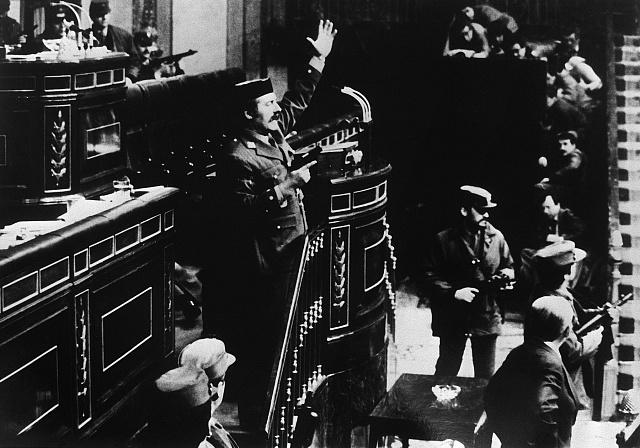 Podplukovník Antonio Tejero de Molina se ohání pistolí vKongresu poslanců Španělska.