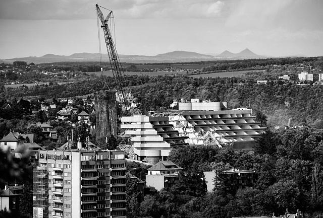 """Letošní bourání pražského """"papalášského' Hotelu Praha se neobešlo bez protestů části místních obyvatel. Ta považovala stavbu ze 70.let, představující  """"late modern architekture"""" sprvky pozního brutalismu, za objekt hodný ochrany. Marně."""