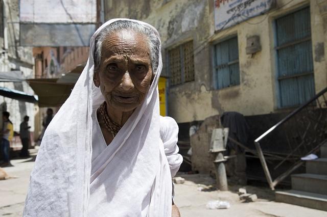 Ovdovělá indická žena ztrácí se svým manželem své děti isvou identitu