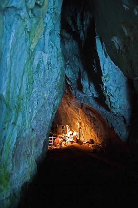 Komplex čtyř jeskyň formálně spadá pod Velkou Británii, ale najdete ho na Gibraltaru. Cenné jsou archeologické i paleontologické nálezy osídlení Neandrtálci před 125 tisíci let.