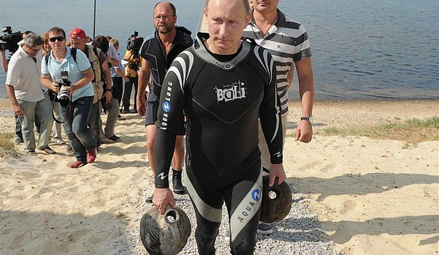 Putinovy amfory. Nálezcem historických artefaktů se roku 2011 málem stal i ruský prezident Vladimir Putin. Za asistence televizních kamer vytáhl z Černého moře dvě antické amfory. Záhy se provalilo, že vše zinscenoval pro média Kreml.