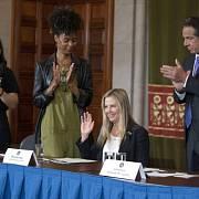 Herečka Mira Sorvino hovoří na tiskové konferenci v New Yorku o tom, jak se stala obětí znásilnění