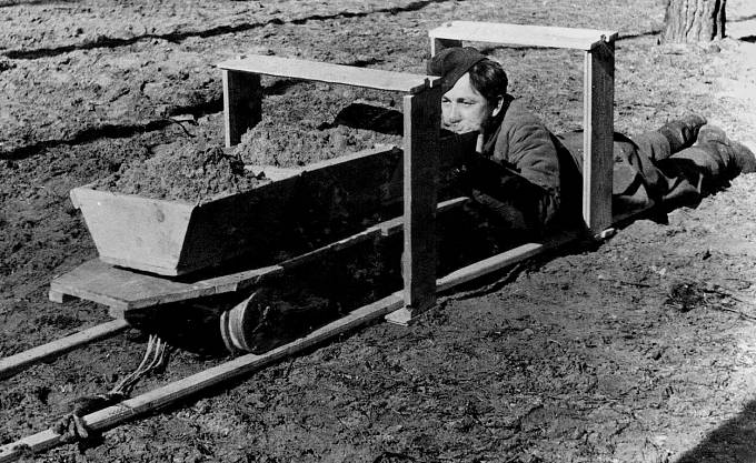 Vozík, jímž odpravovali hlínu ven z tunelu