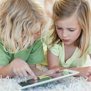 Děti s tabletem, ilustrační foto