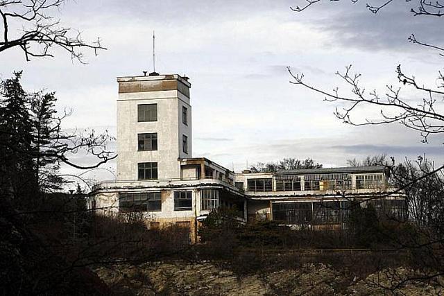 Areál Barrandovských teras nezadržitelně chátrá už téměř 20 let.