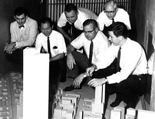 Hlavní tvůrci WTC vroce 1964smodelem mrakodrapu: hlavní stavební inženýr Leslie Robertson je zcela vpravo, druhý zleva je pak architekt Yamasaki