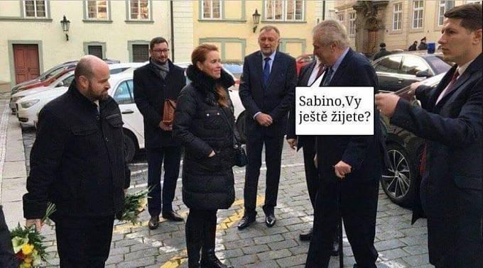 Znovu ožil i dávný mem namířený na Sabinu Slonkovou. Za objednávku její vraždy byl kdysi potrestán někdejší generální sekretář ministra zahraničí Karel Srba