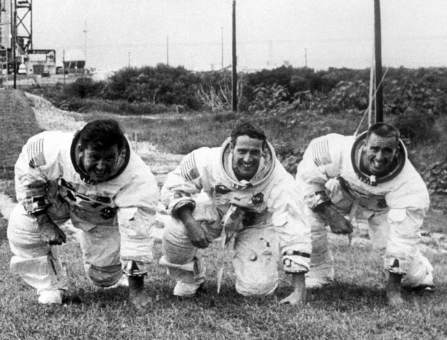 Členové posádky Apolla 7 Walter Schirra, Donn Eisele a Walter Cunningham